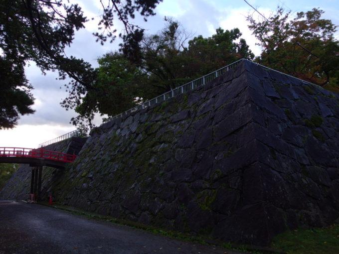 雨濡れた岩手公園盛岡城跡石垣