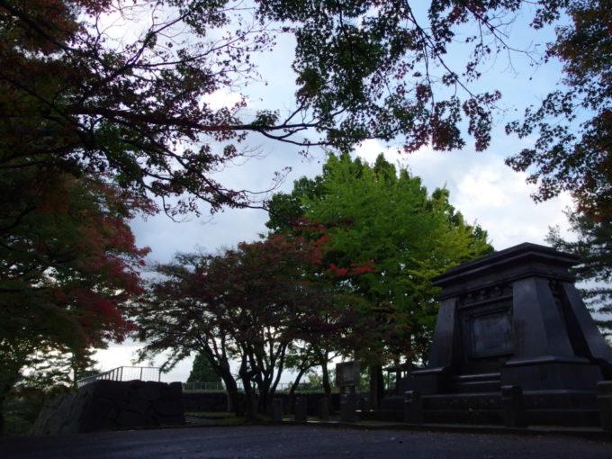 走りの紅葉に彩られる盛岡城跡岩手公園