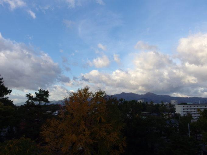 秋の気配を感じさせる盛岡城跡と奥羽の山並み