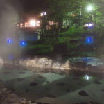 夜に幻想的に光る大沢の湯