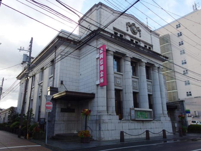 盛岡信用金庫本店の重厚な建物