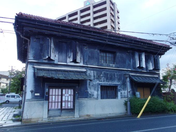 黒漆喰が渋い盛岡旧井弥商店