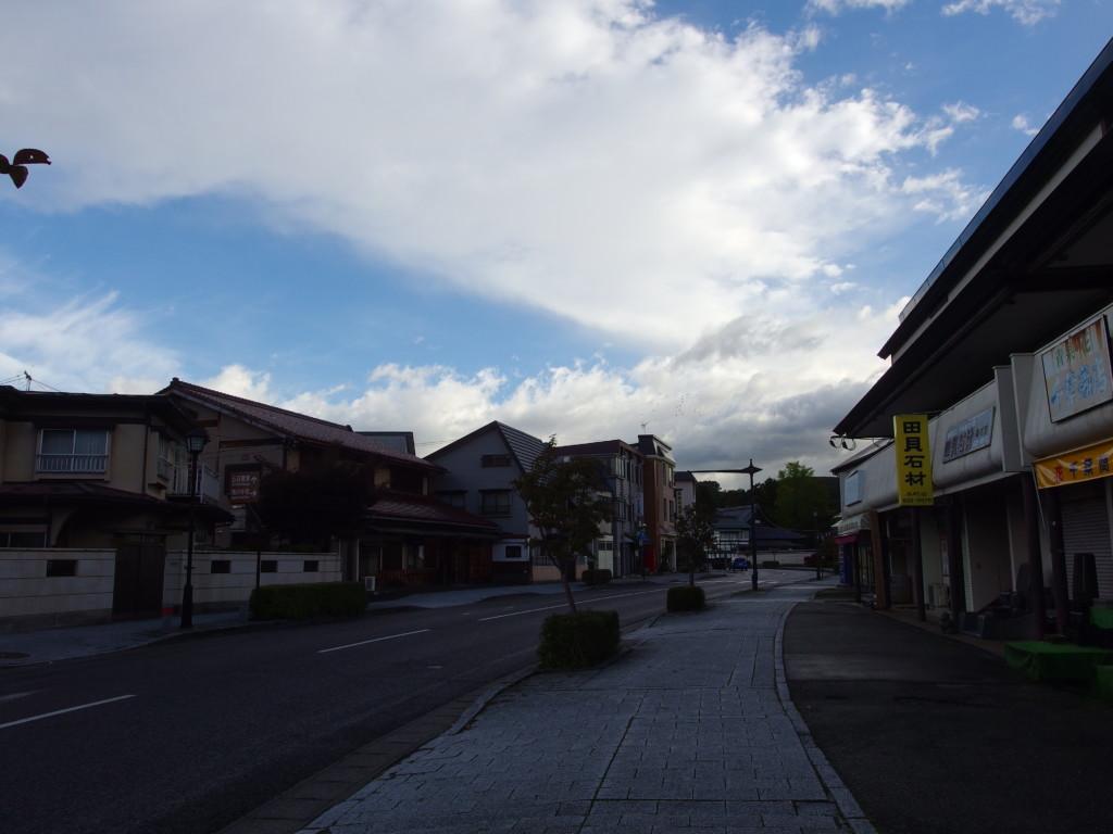 秋の朝盛岡の寺町通り