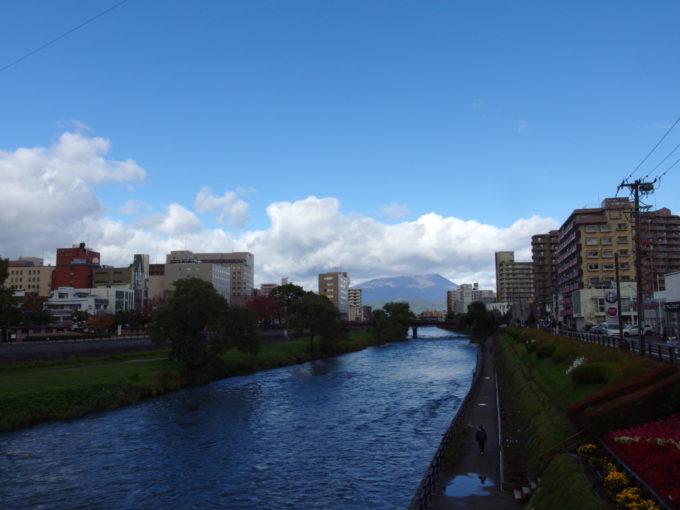 秋の青空に映える北上川と岩手山