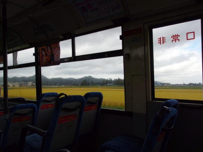黄金色に染まる秋の岩手県交通路線バスの車窓