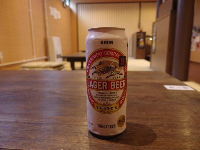 藤三旅館湯治部休憩所で湯上がりのビールを