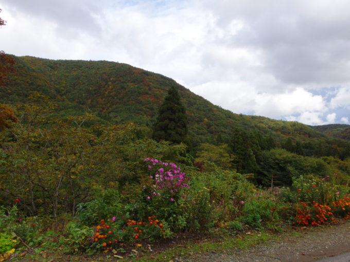 花巻電鉄廃線跡から眺める秋の山並み
