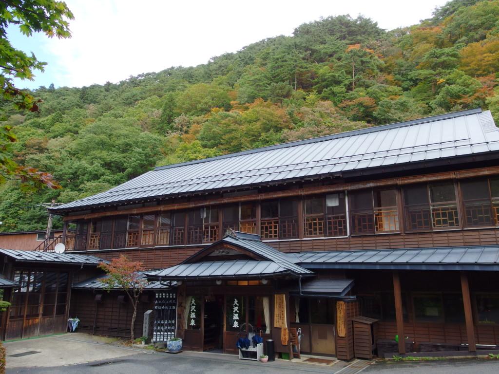 色付き始める山を背負う大沢温泉自炊部湯治屋