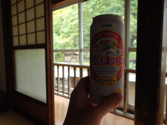 大沢温泉自炊部湯治屋障子を開けて景色と共に湯上がりのビールを