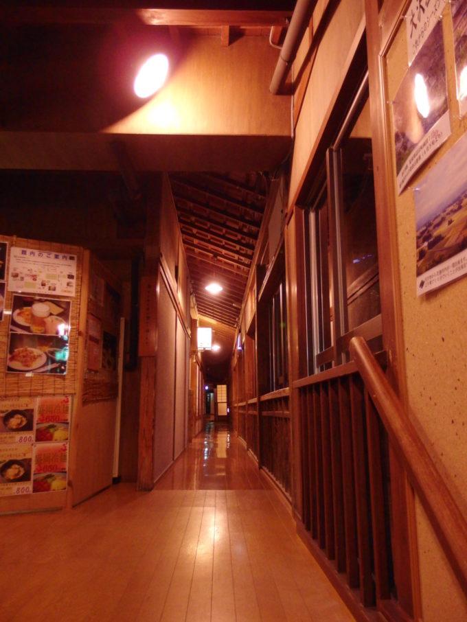 夜の大沢温泉自炊部湯治屋やはぎ前の廊下