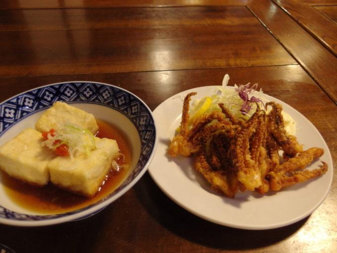 大沢温泉自炊部湯治屋食堂やはぎ揚げ出し豆腐とイカゲソピリ辛揚げ