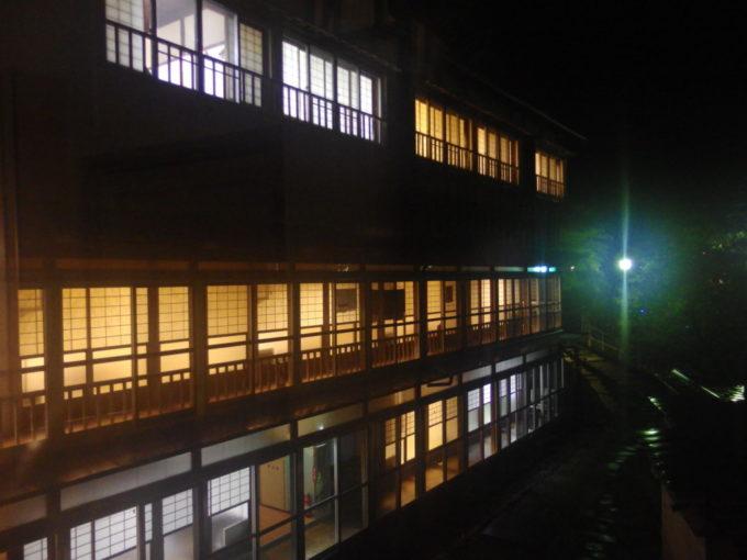 若葉荘渡り廊下から望む夜の大沢温泉自炊部湯治屋