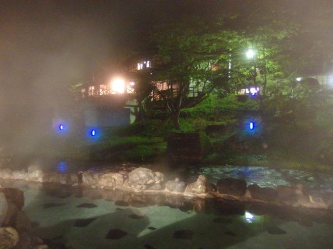 夜の湯けむりに包まれる混浴露天風呂大沢の湯