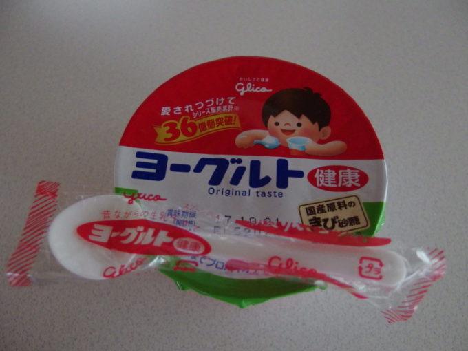 大沢温泉自炊部湯治屋での朝 廊下を歩く牛乳売りから買ったヨーグルト
