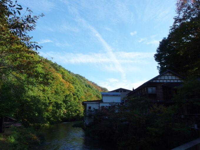 曲り橋から望む大沢温泉自炊部湯治屋の歴史ある建物