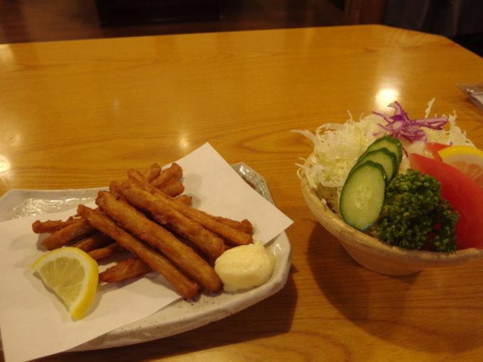 大沢温泉自炊部湯治屋食堂やはぎごぼうカリカリ揚げと野菜サラダ