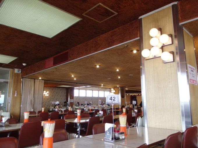 大復活を遂げ変わらぬ姿で愛されるマルカンビル大食堂
