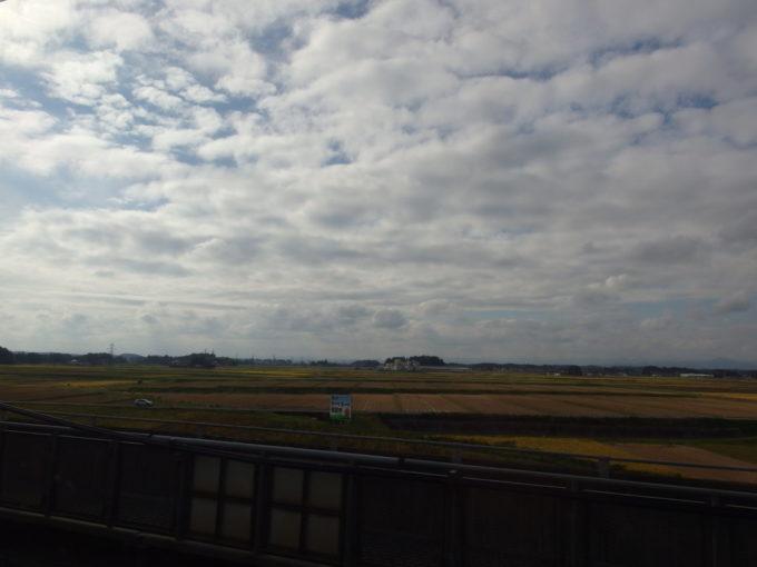 新幹線車窓を流れる岩手の実り黄金色の田んぼ