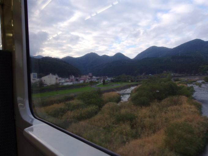 陸羽東線が渡る秋色の江合川