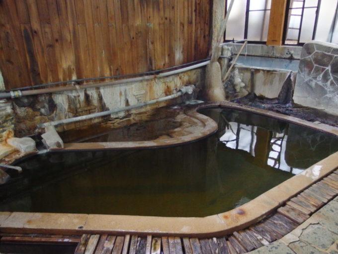 東鳴子温泉郷黒湯高友旅館名物の黒湯