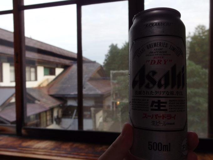 東鳴子温泉郷黒湯高友旅館渋い建物を眺めながら湯上がりのビールを