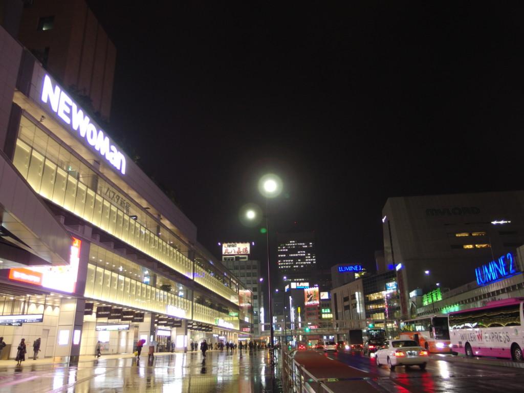雨に濡れる夜の甲州街道とバスタ新宿