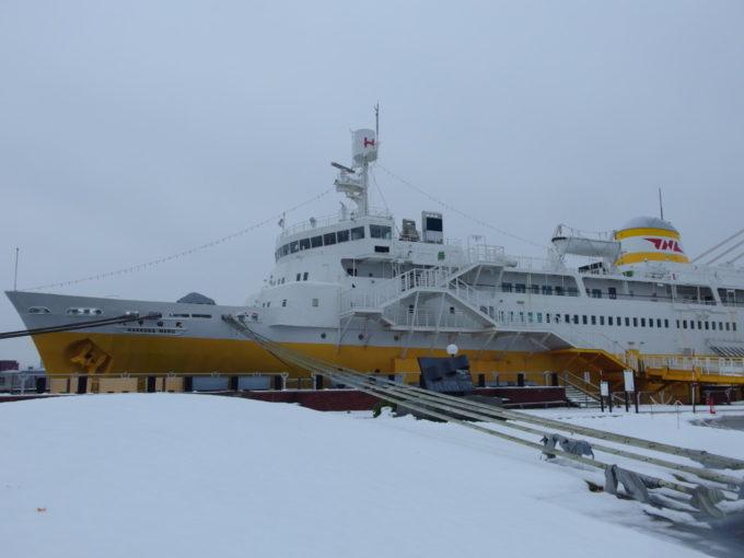 11月の雪に佇む海峡の女王八甲田丸