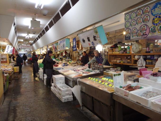 青森魚菜センター古きよき市場を歩きながらのっけ丼の具材を選ぶ楽しみ