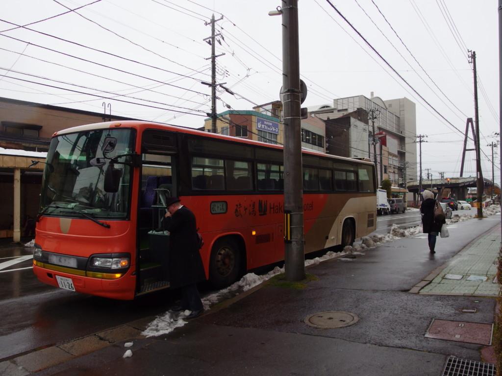 青森アウガ横出発の酸ヶ湯温泉旅館送迎バス