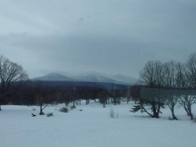 酸ヶ湯温泉送迎バスより望む初冬の雪景色と八甲田山