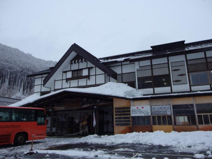 11月、初冬の雪化粧の酸ヶ湯温泉旅館