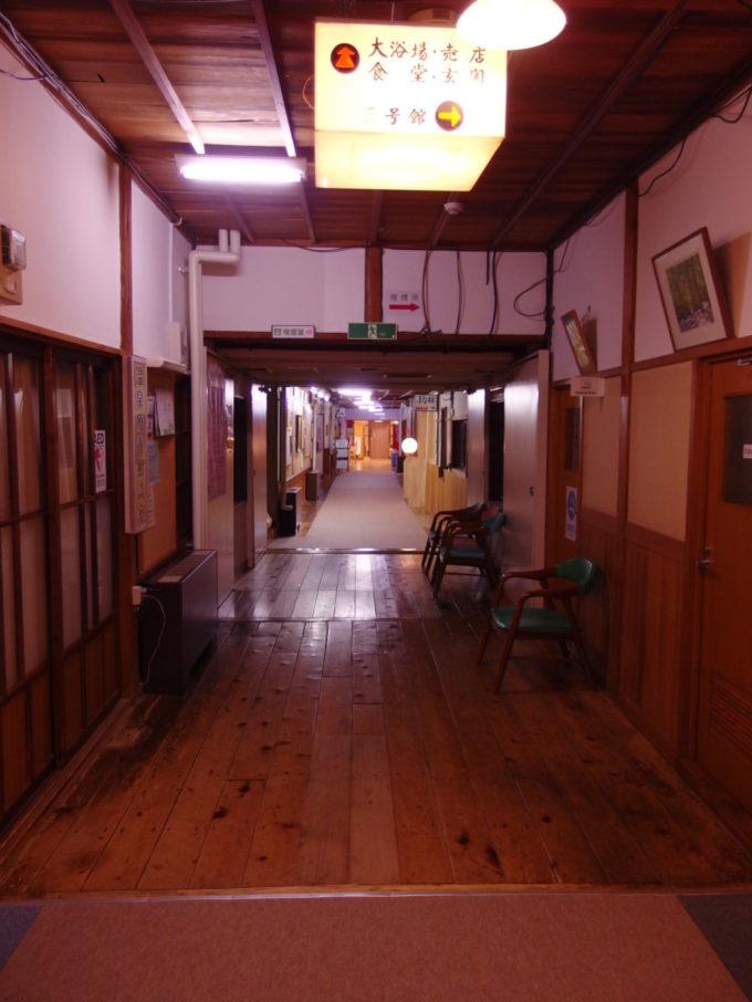 酸ヶ湯温泉旅館味のある自炊棟の廊下
