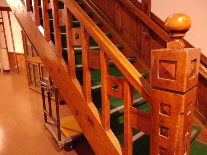 築年代の違う木造建築が魅力の酸ヶ湯温泉旅館階段の欄干