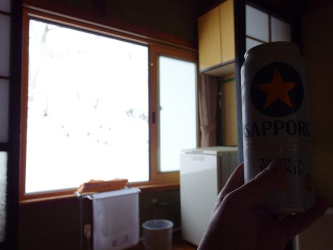 初冬の酸ヶ湯温泉旅館湯上がりに昼飯前の冷たいビール