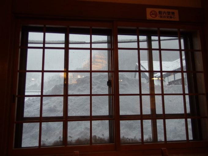雪に埋もれる酸ヶ湯の窓の外