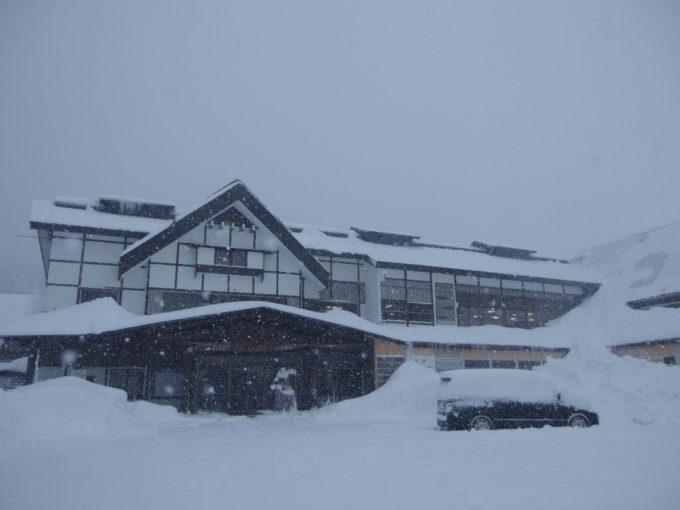 11月下旬、早くも雪に埋もれる初冬の酸ヶ湯。