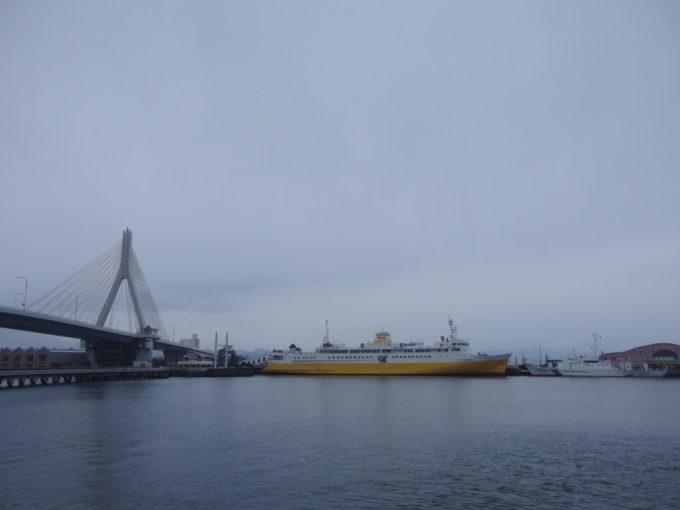 初冬の鉛色の海に佇む海峡の女王青函連絡船八甲田丸
