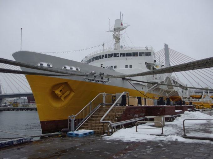 初冬の雪の中凛と立つ海峡の女王青函連絡船八甲田丸