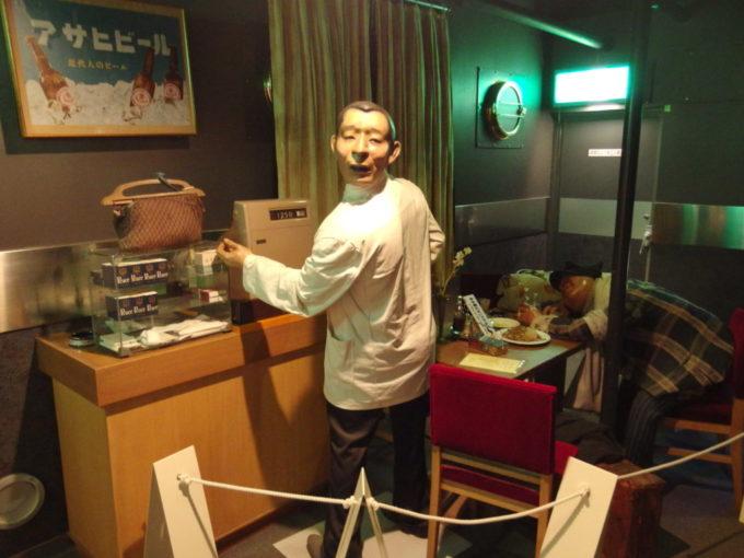 青函連絡船メモリアルシップ八甲田丸青函ワールドレストランのボーイさんと酔いつぶれたお客さん