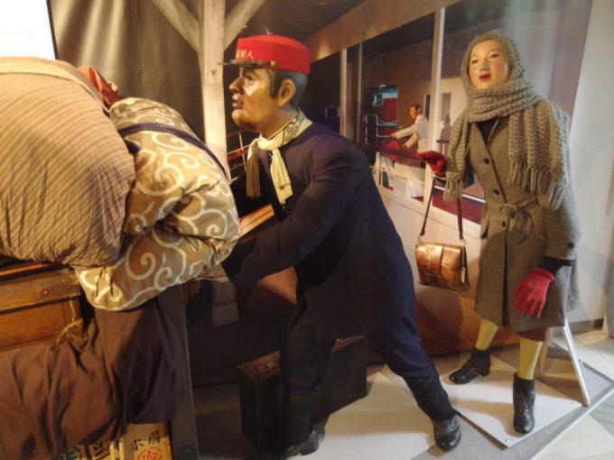青函連絡船メモリアルシップ八甲田丸青函ワールド大荷物を運ぶ赤帽さんと真知子巻きの女性