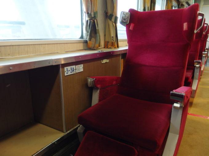 青函連絡船メモリアルシップ八甲田丸グリーン指定席の重厚なシート