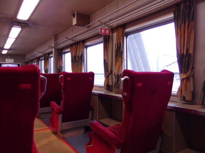 青函連絡船メモリアルシップ八甲田丸グリーン指定席に腰掛け思いを馳せる