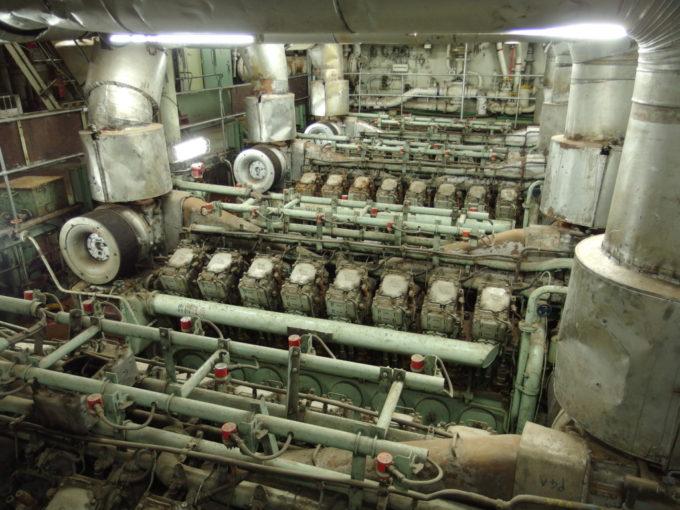青函連絡船メモリアルシップ八甲田丸心臓部である大型ディーゼルエンジン