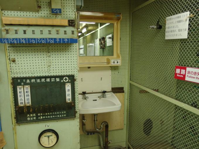 青函連絡船メモリアルシップ八甲田丸現役当時そのままと思われる統括制御室の洗面台