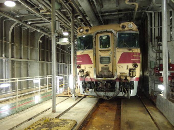 青函連絡船メモリアルシップ八甲田丸車両甲板に佇むキハ81