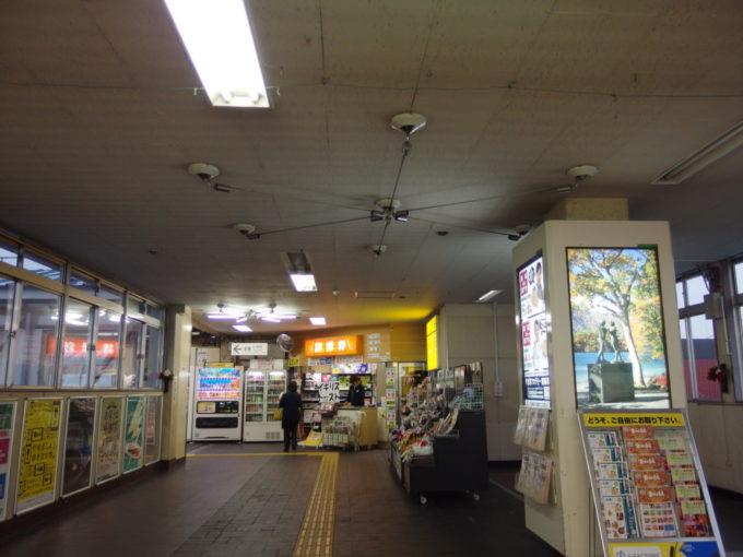 昭和の香りを色濃く残す青森駅のコンコース