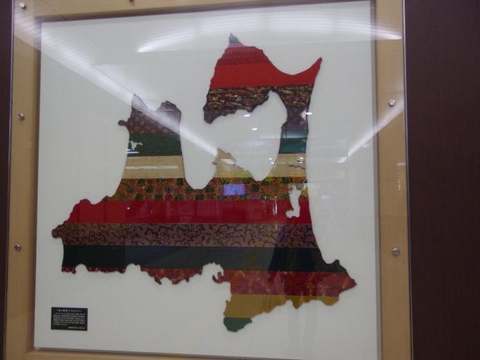 新青森駅新幹線改札内に飾られた見事な津軽塗の青森県