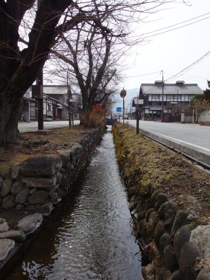小幡の街を流れる雄川堰