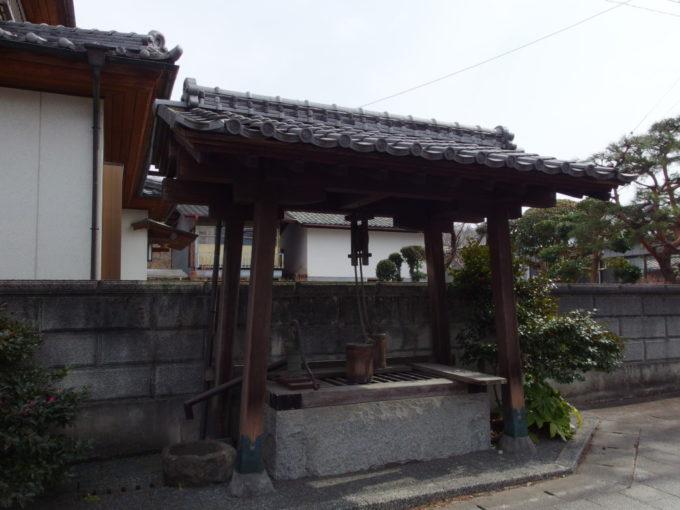 甘楽町小幡養蚕農家の並ぶ古い街並みに佇む井戸
