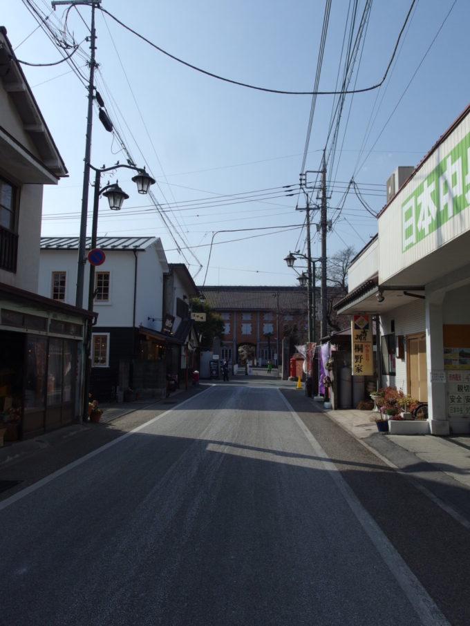 古い商店街の奥に聳える富岡製糸場